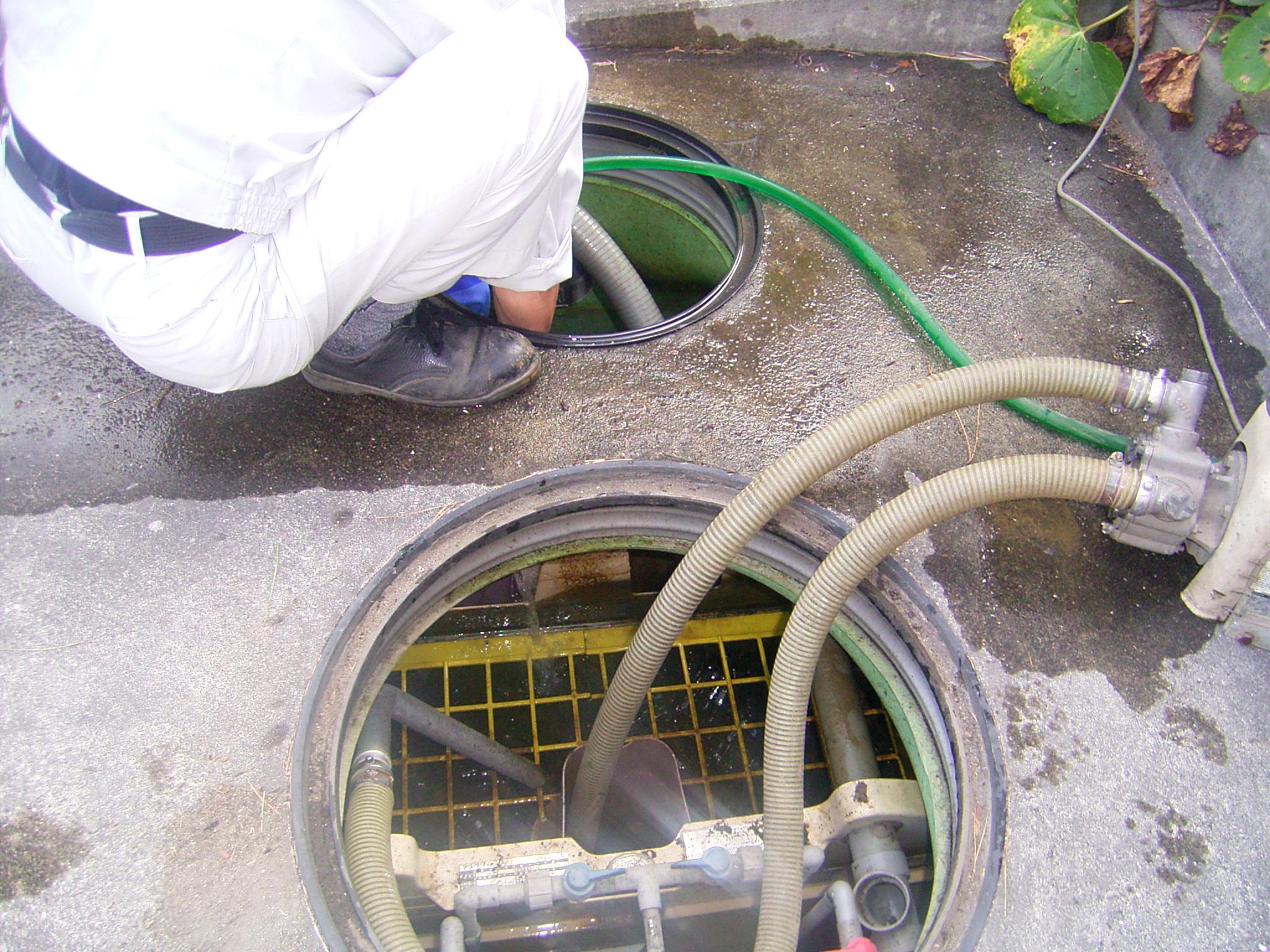 浄化槽の保守点検・漏水補修の様子