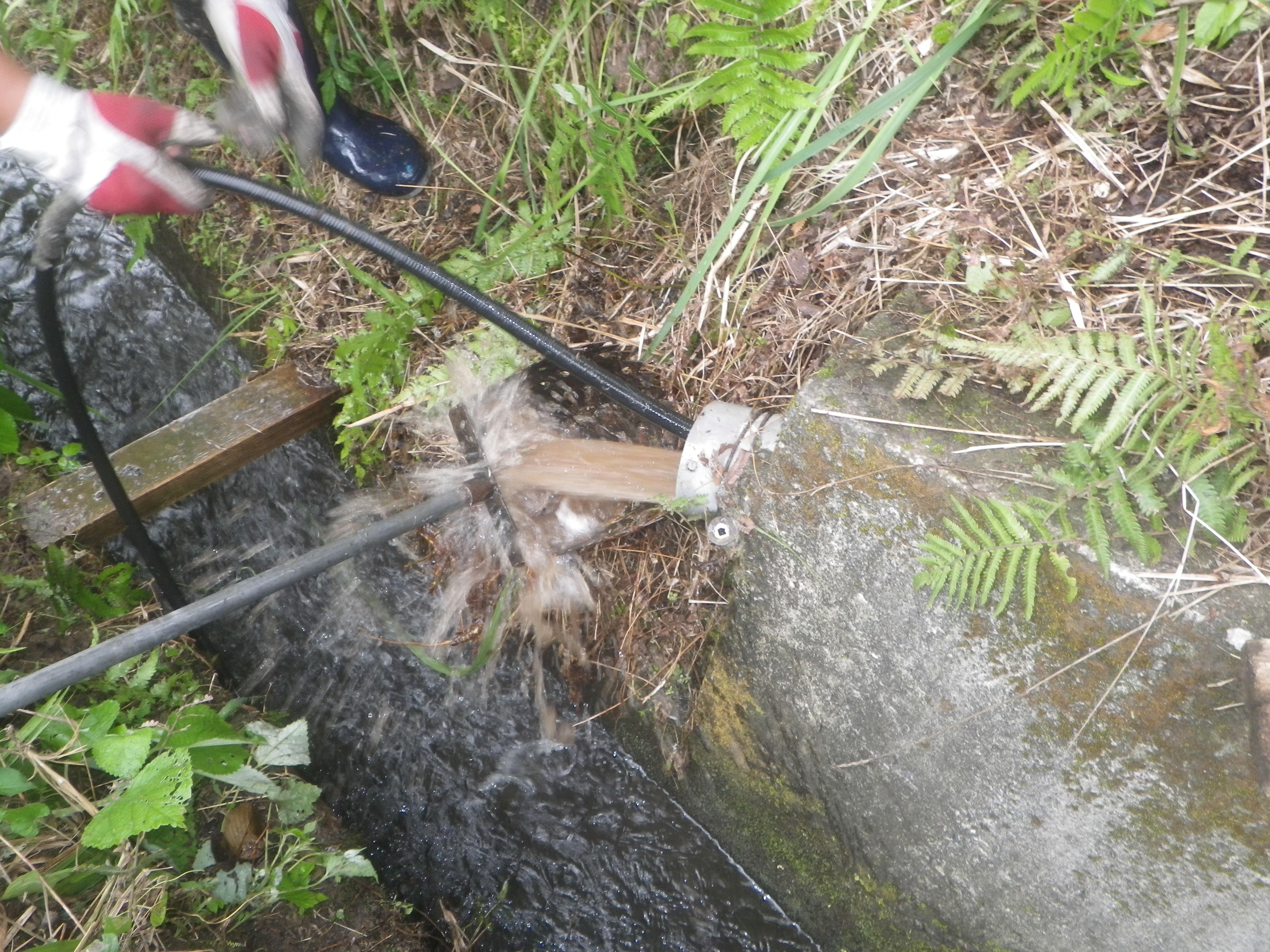 浄化槽の排水管へのカメラ調査および高圧洗浄